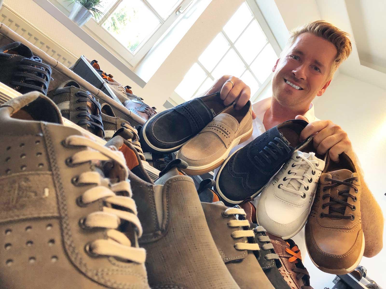 Kay Zimmer, Chef von schuhplus - Schuhe in Übergrößen, stellt die neue Kollektion Herrenschuhe in Übergrößen von Fretz Men zusammen